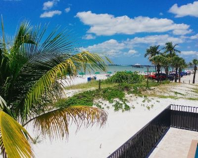 Studio room with king bed and stunning water views in the heart of Fort Myers Beach - Fort Myers Beach