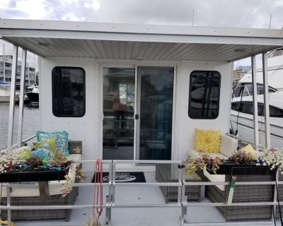 Charlestown Houseboat Walk to attractions Be rocked to sleep - Thompson Square - Bunker Hill