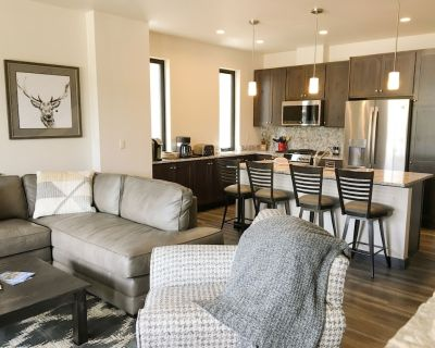 Brand New Downtown Arrow Townhome - private hot tub & mt views - Winter Park