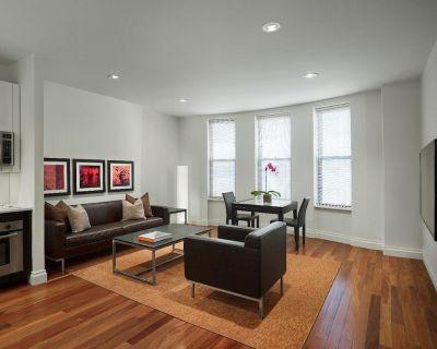 AKA Residences Premium Suite w/ Beautiful Custom Furnishings & Den Space - Theater District