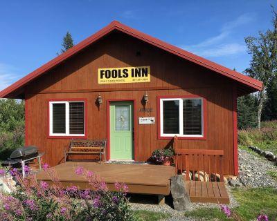 """Fool's Inn"" Cabin Next Door To Fishing Fool Charters - Ninilchik"