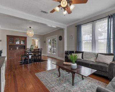 Stunning New Home with Hot Tub Just 1 Mile from Main St! - Fredericksburg