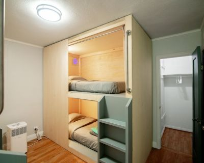 Private room with Bunk beds and Shared Bathroom - Inglewood