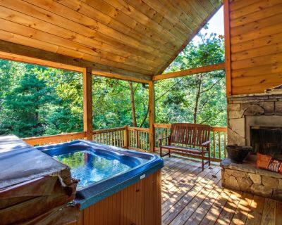 Custom-built dog-friendly cabin w/mountain views, hot tub, pool table & more! - Sautee Nacoochee