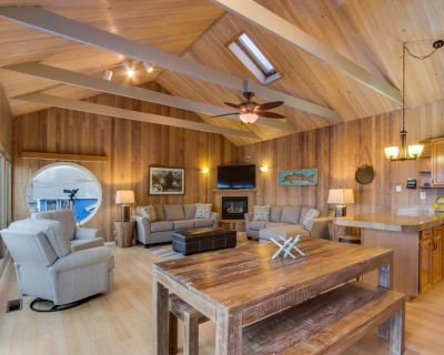 Family-friendly house near beach with private hot tub & ocean views - dogs ok! - Roads End