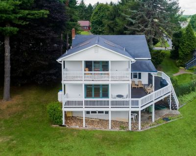 New listing! Spacious rural escape w/wrap-around deck/gas grill/gas fireplace - McHenry