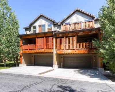 Spacious townhome w/ private hot tub, pool table & shared pool/gym! - Bear Hollow Village