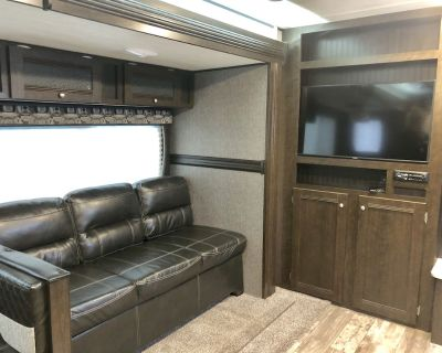 Contemporary New 2019 Pop-Out 33 foot trailer - Durham