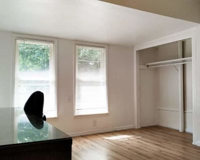 Private room with shared bathroom - Charleston , IL 61920