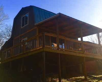 The Pines Cottage: Converted Wood Shop/Lumber Barn - Chattanooga