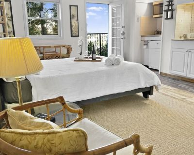 Unique Stay at the Secret Stairs Hideaway Garden Apt w Epic Views of Downtown LA and Hollywood Hills - Hollywoodland