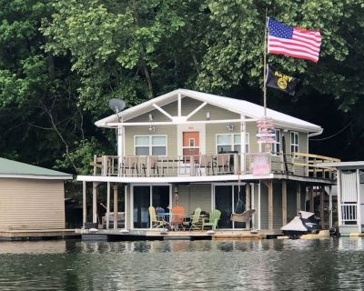 Floating House on Tennessee River - Parsons
