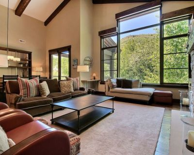 Penthouse condo with gourmet kitchen, shared outdoor heated pool, and fitness center - Downtown Park City