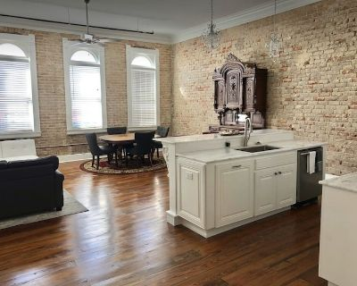 Large Historic downtown apartment with a view - Crowley