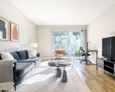 Classic Glendale 1BR w/ Gym, Pool, W/D, walkable location, by Blueground - Atwater Village
