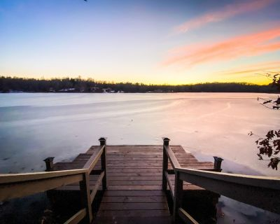 Gorgeous Two Bedroom Lakefront Cabin with Hot Tub!! - Brookport