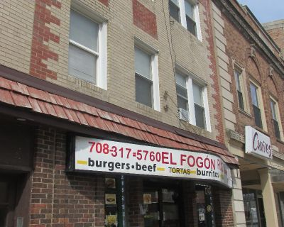 One bed, One bath in Berwyn Available Now! Cats OK, Laundry in building, Heat Included!