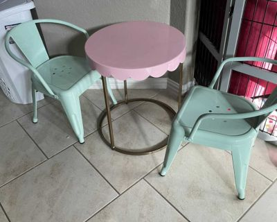 Kids room table and chairs