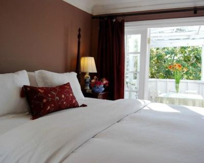Beautifully Furnished Centrally Located 3 Bedroom Apartment. - Beverly Grove