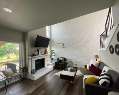 Roomy Townhouse Loft with Golf Course View, Garland, TX