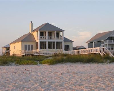 Beach Front House: Ready to rent March - May! - Fort Morgan