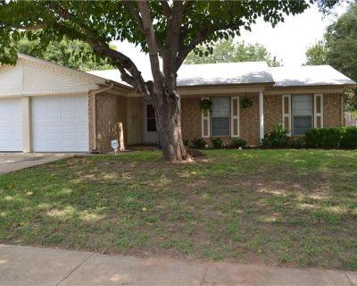 752 Charlyne Dr, Burleson, TX 76028
