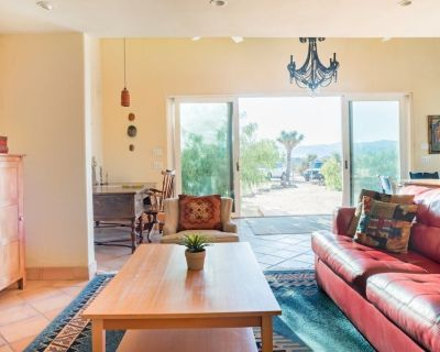 Unwind in the Hot Tub at a Secluded Bohemian Desert Retreat - WiFi, BBQ, VIEWS! - Joshua Tree
