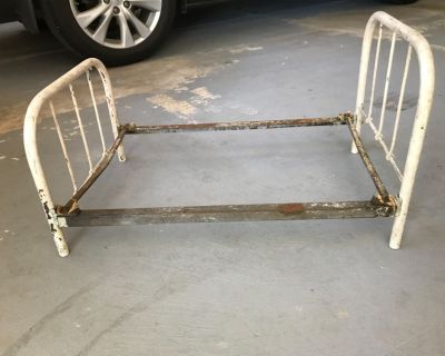Antique baby/doll bed