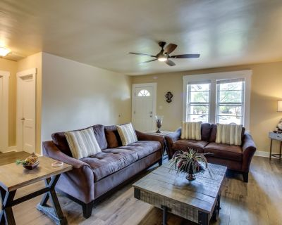 Updated home w/ private hot tub & patio - walk downtown, close to wineries! - Fredericksburg
