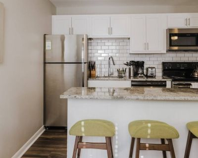 Mass Ave ^ Pets/Parking/Wifi ^ Long Stay Discount - Chatham-Arch