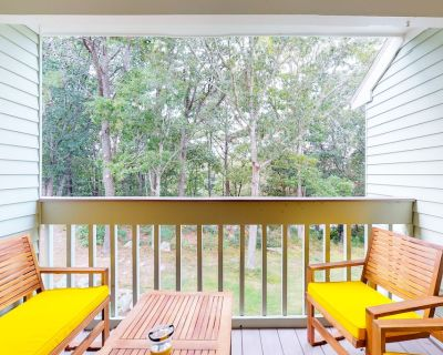 Cozy Second Floor Apartment with Full Kitchen and Balcony View - Brewster