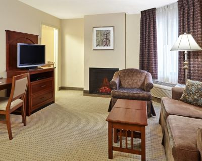 Near the Airport | Free Breakfast + Pool and Hot Tub - Franklin
