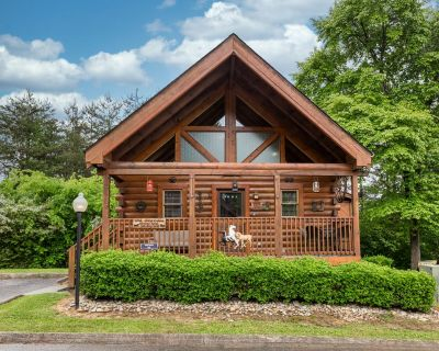 Wild West: Pin Oak Resort Cabin in the Heart of Pigeon Forge, Hot Tub and Resort Pool! - Pigeon Forge