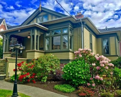 Walk to Inner Harbour and Ocean. Fully equipped uniquely restored heritage home - James Bay