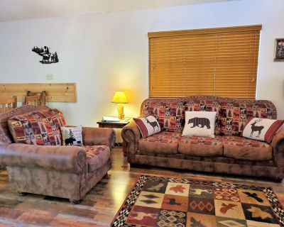 Relax Among the Tall Pines! Great location! AC, Hot Tub, Free WiFi - Ponderosa Heights