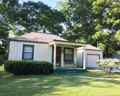 Cozy Cottage 2 bdrm w/ covered porch, 1 mile to xway, shops and entertainment - Middletown