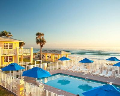 RARE FIND! Beach Front Resort at Gulf Stream Sleeps 2-4 with pool, hot tub, BBQ - Delray Beach