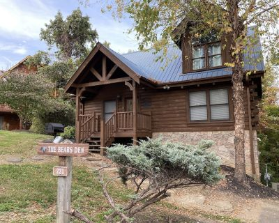 Beautiful Cabin ~ The Bear's Den ~ Convenient to Everything Pigeon Forge - Pigeon Forge