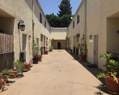 Iso Roommate in 2 Bed / 2.5 Bath Apartment