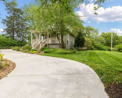 Beautiful Bungalow Hideaway - Moments From Downtown Overland Park - Overland Park