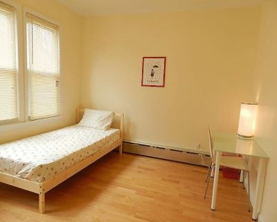 Chic room to stay! Access Grand Central w/ ease!