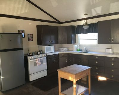 California Dream Apartment - 2 Bd, 1 Bth & POOL/hot tub - Lakewood