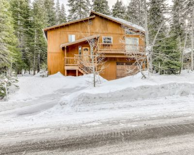 Sunny mountain home w/ hardwood floors, private grill, wood stove, near N. Tahoe - Kingswood Estates