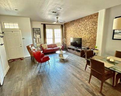 Luxurious, Modern and Spacious Townhome near Downtown Richardson, Richrdson, TX