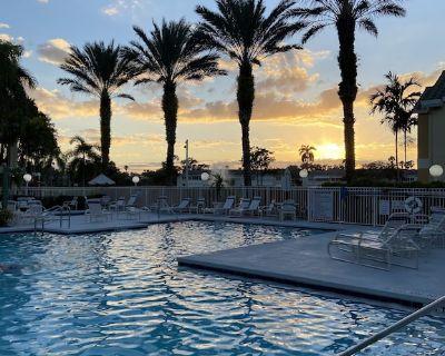 NEW LISTING !Gorgeous Condo + pools, tennis & more , walk to restaurants, shops - Villas