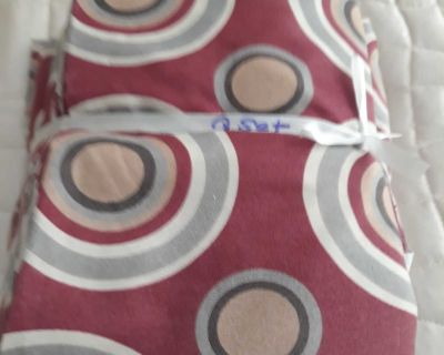 4pc Queen Sheet set in good clean condition