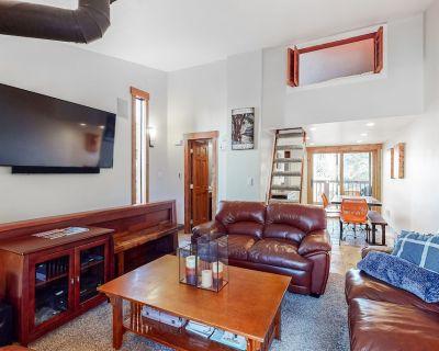 Two-story family-friendly retreat w/mountain views, balcony, gas grill, & more - Frisco