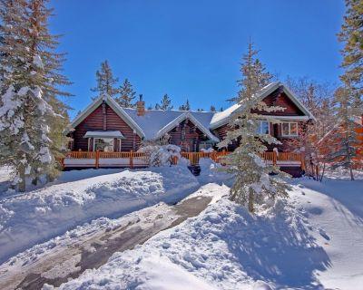Beautiful Log Cabin with views hot tub, WIFI, minutes to both ski resorts - Evergreen Estates
