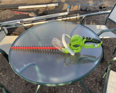 Electric Hedge Trimmer. Works great, like new.