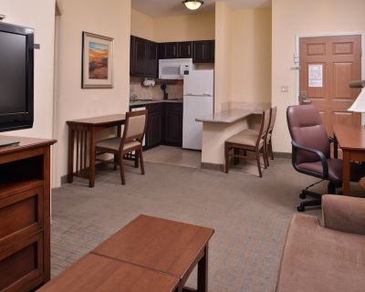 Heated Saltwater Pool + Hot Tub   24 Hour Fitness Center + Free Breakfast - Central Oklahoma City